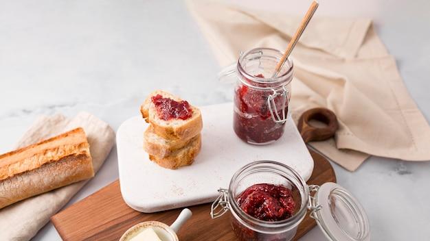 Домашнее лесное фруктовое варенье и ломтики хлеба Бесплатные Фотографии