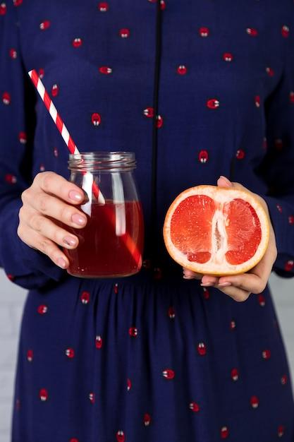 Домашний свежий грейпфрутовый сок и нарезанный грейпфрут Бесплатные Фотографии