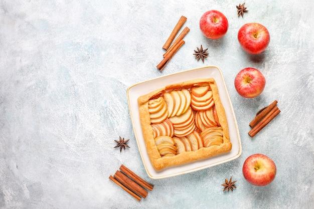 リンゴとシナモンの自家製ガレット。 無料写真