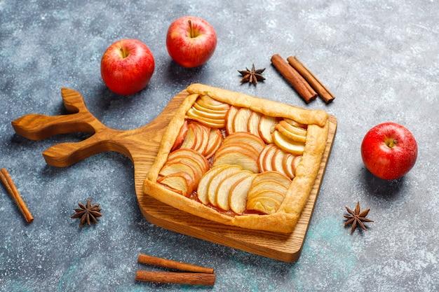 リンゴとシナモンの自家製ガレット 無料写真