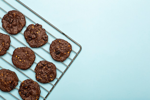 Homemade gluten-free chocolate chip cookies with cereals, nuts and organic cocoa. cookies and pastries from rye flour on a colored background. gluten free concept Premium Photo