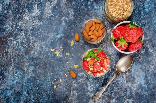 Homemade  granola with fresh strawberries Premium Photo