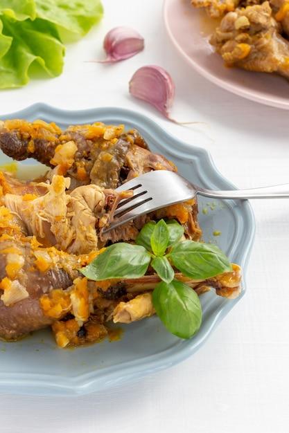 皿に野菜と肉汁の自家製ホロホロ鳥シチュー。垂直 Premium写真