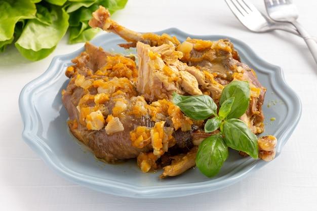 皿の上の肉汁と自家製ホロホロ鳥シチュー。 Premium写真