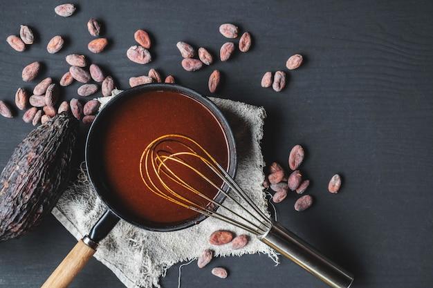 Домашний горячий шоколад с какао и шоколадным кремом в сковороде Premium Фотографии