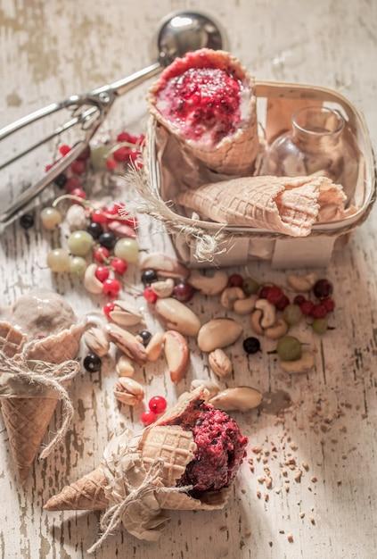 ワッフルコーンの自家製アイスクリーム 無料写真