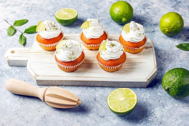 ホイップクリームとライムの皮、セレクティブフォーカスの自家製キーライムカップケーキ 無料写真