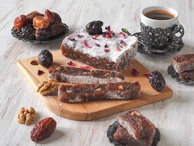 Домашние мармеладные конфеты с финиками и орехами, восточная банка Premium Фотографии