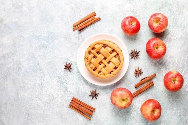 Домашний яблочный мини-пирог с корицей Бесплатные Фотографии