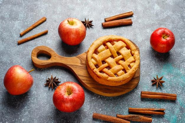 Домашний яблочный мини-пирог с корицей. Бесплатные Фотографии