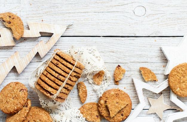 Домашнее овсяное печенье с елочными украшениями Premium Фотографии