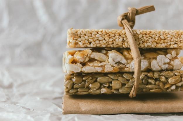 ピーナッツゴマとヒマワリの種からもろい自家製ピーナッツ。 Premium写真