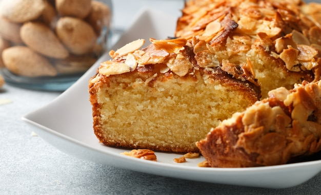 Homemade pound cake with almonds, delicious dessert  (pie) Premium Photo
