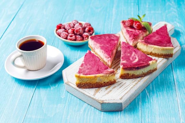蜂蜜と自家製ラズベリーチーズケーキ。 無料写真