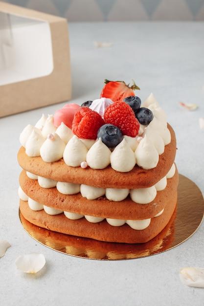Домашний торт из красного бархата в форме сердца на день всех влюбленных Premium Фотографии