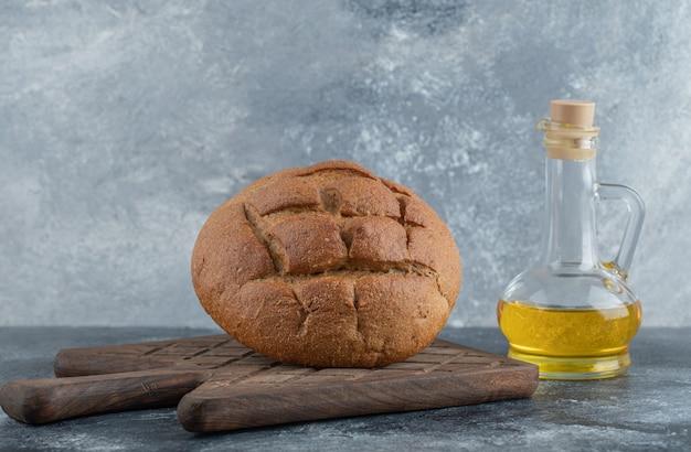 Wodden 보드에 기름으로 만든 호밀 빵. 고품질 사진 무료 사진