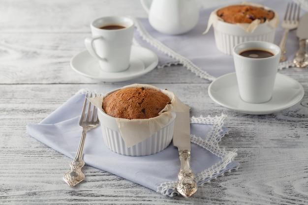 Домашний бисквит с сушеной клюквой и чашкой кофе. селективный акцент на бисквит Premium Фотографии