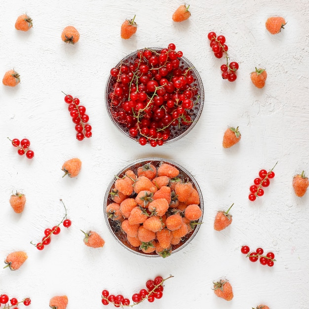 Homemade summer berry tar pie, different berries, golden raspberry, blackberry, red currant, raspberry and black currant, top view Free Photo