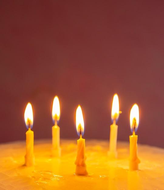 Домашний сладкий торт на юбилей со свечами Бесплатные Фотографии