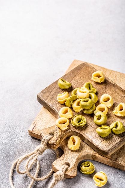 Homemade tortellini with spinach, cheese and ricotta Premium Photo