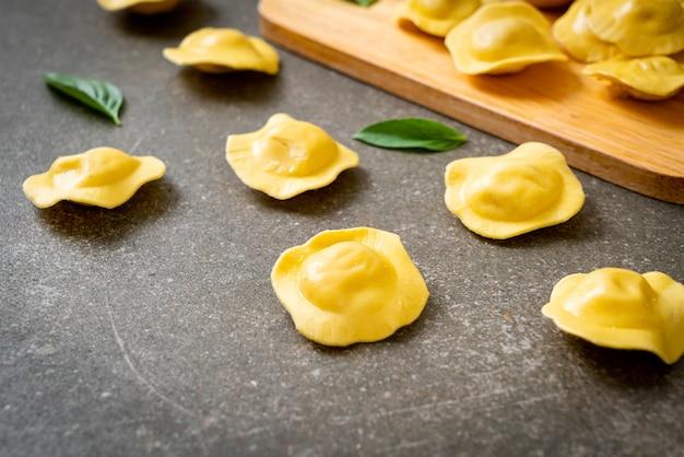 自家製の伝統的なイタリアのラビオリパスタ Premium写真