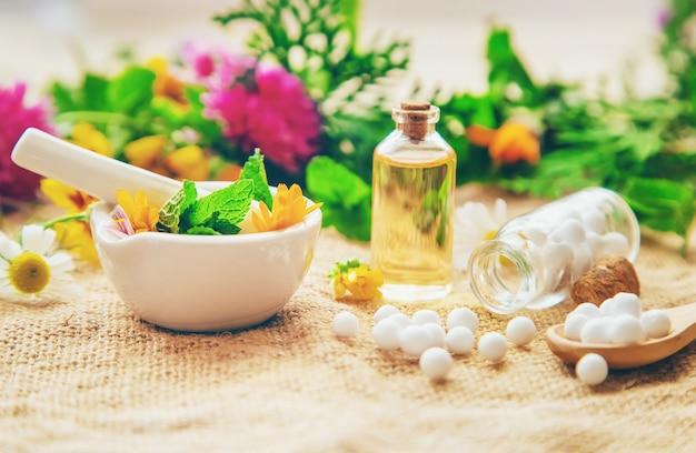 Гомеопатия, растительные экстракты в маленьких бутылочках. Premium Фотографии