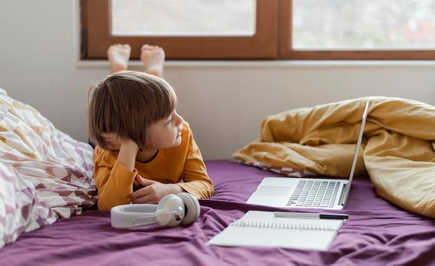 Ragazzo di homeschooling e il suo laptop Foto Gratuite