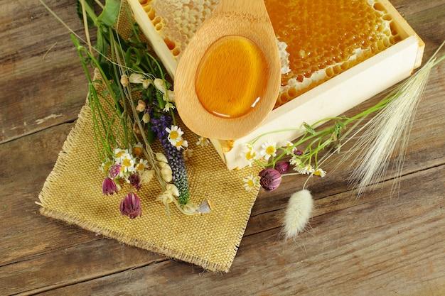 蜂蜜と花 Premium写真