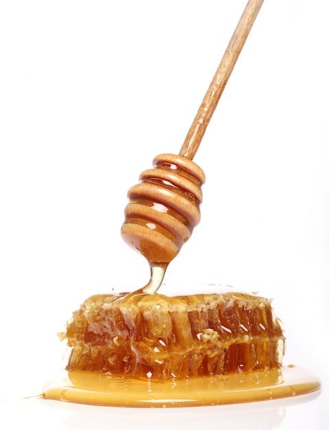 Miele gocciolante da un cucchiaio di legno Foto Gratuite