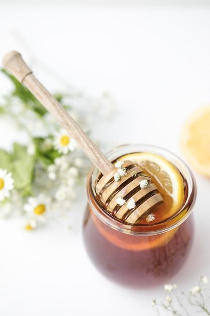 Miele in vetro sul tavolo Foto Gratuite