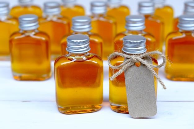 茶色のタグが付いた結婚祝いのガラス瓶に蜂蜜。 Premium写真