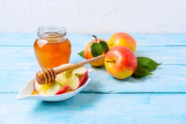 Honey jar and apple slices, copy Premium Photo