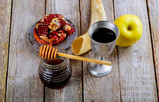 Honey jar with apples rosh hashana hebrew religious holiday Premium Photo