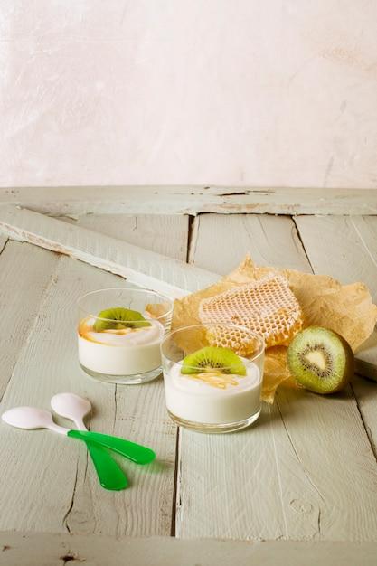 Honey and kiwi yogurt with copy space Free Photo