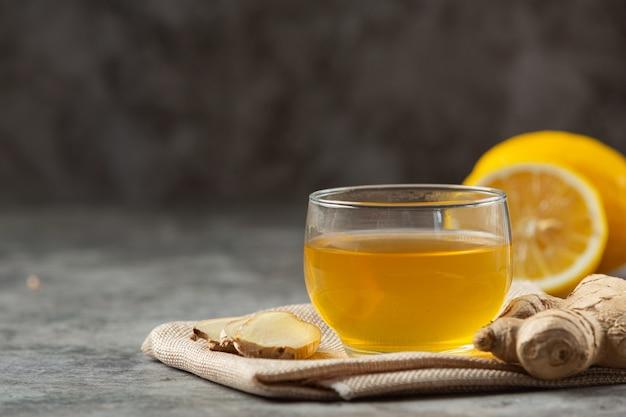 Мед лимонно-имбирный сок продукты питания и напитки из экстракта имбиря концепция питания. Бесплатные Фотографии