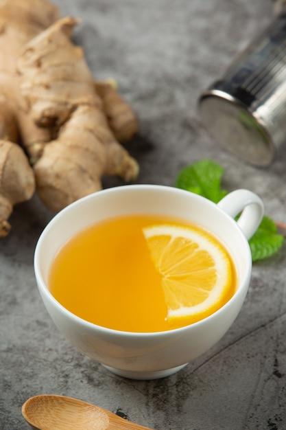 ハニーレモンジンジャージュースジンジャーエキスからの食品および飲料製品食品栄養コンセプト。 無料写真