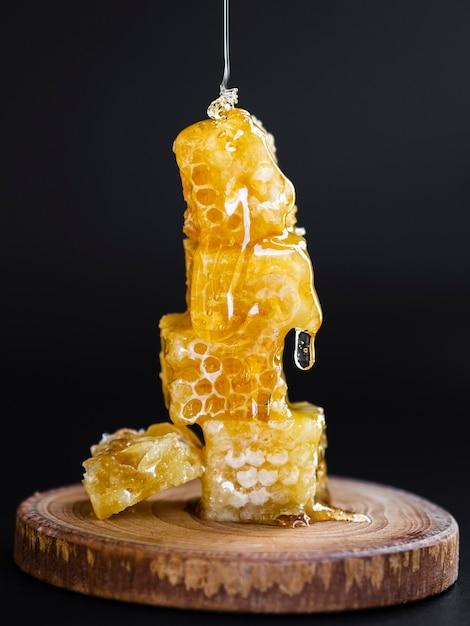 ハニカムに注ぐ蜂蜜 Premium写真