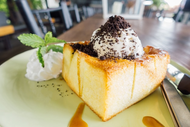Honey Toast, Consists of bread topped with honey and ice cream Free Photo