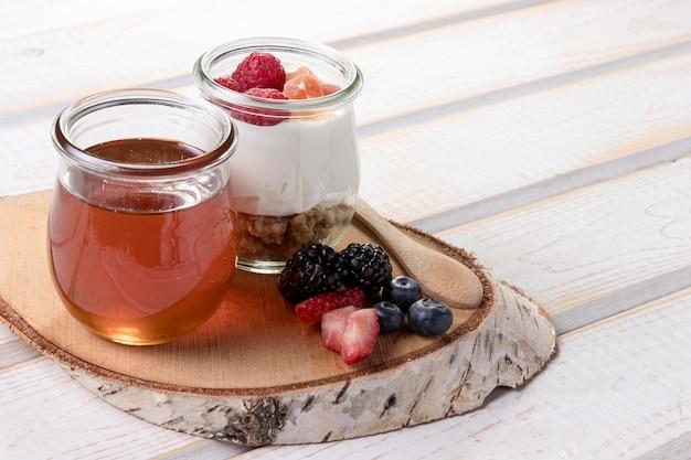 Мед с йогуртом на столе Бесплатные Фотографии