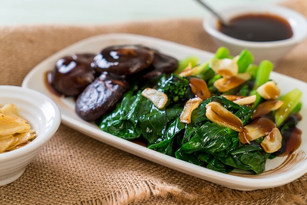 Hong kong kale stir fried in oyster sauce Premium Photo