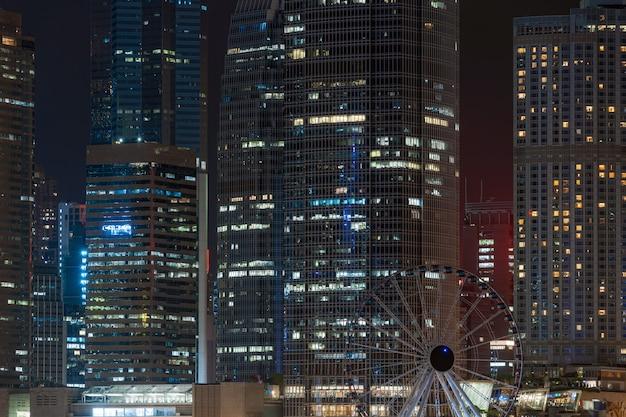 夜の時間、ビジネス金融地区、観光や旅行の目的地、建築の建物およびランドマークコンセプトでクローズアップhong kong都市の景観超高層ビル Premium写真