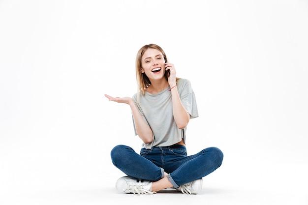 Горизонтальное изображение женщины разговаривает по телефону Бесплатные Фотографии