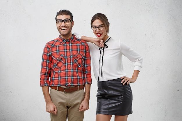 エレガントなアイウェア、服、美しい女性の水平方向の肖像画は赤い口紅を着ています。 無料写真