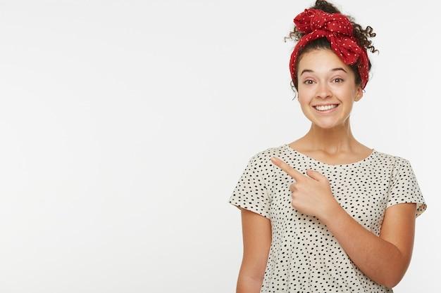 幸せな女性モデルの水平方向の肖像画は、側に人差し指で示します 無料写真