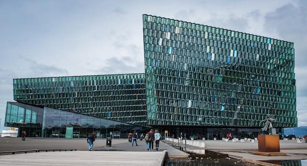 多くの訪問者でアイスランドの美しいコンサートホールの水平ショット 無料写真