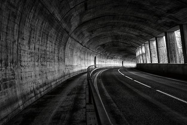 Горизонтальный вид пустой дороги в туннеле Бесплатные Фотографии
