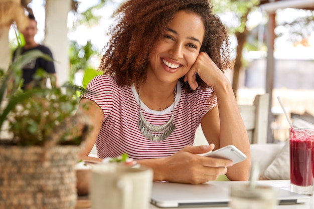 매력적인 십 대 소녀의 가로보기는 얼굴에 긍정적 인 미소를 가지고 무료 사진