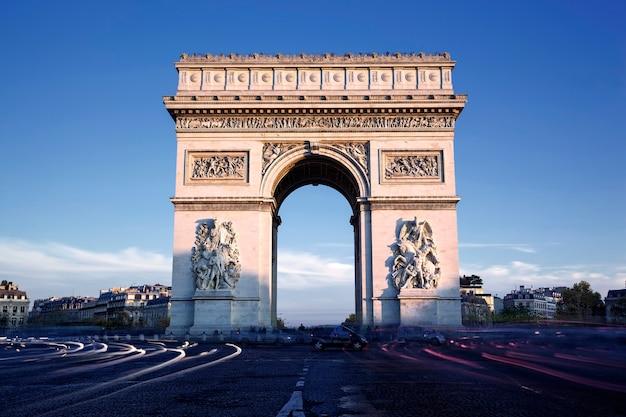 Горизонтальный вид знаменитой триумфальной арки, париж, франция Бесплатные Фотографии