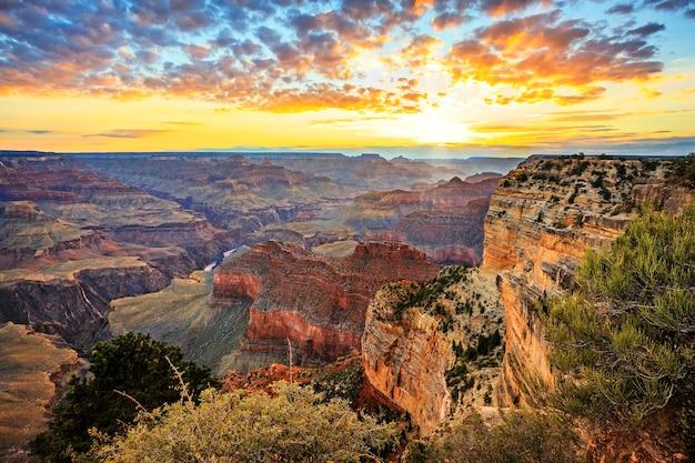 日の出の有名なグランドキャニオンの水平方向のビュー、水平方向のビュー Premium写真