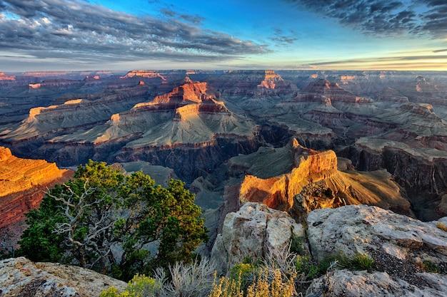 日の出のグランドキャニオンの水平方向のビュー Premium写真